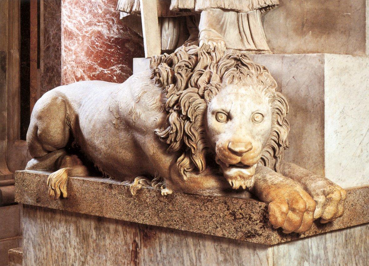León (izquierda en tumba)