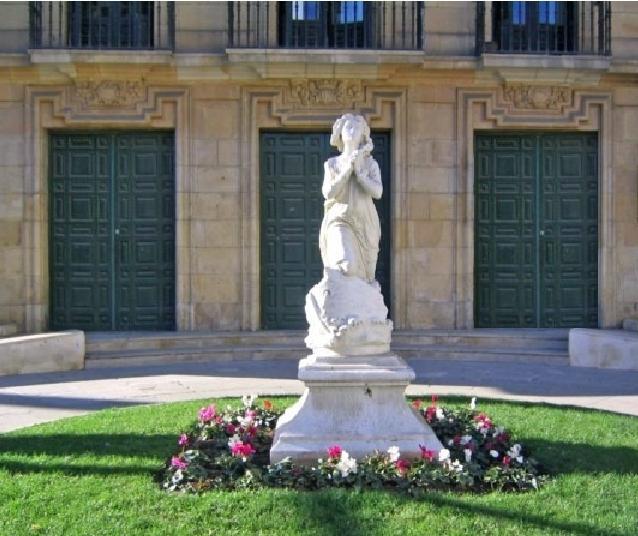 1 Estatua delante de la Casa Torre