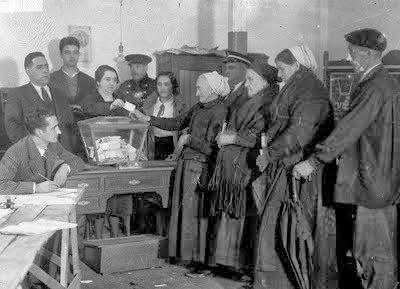 Mujeres españolas ejerciendo por primera vez su derecho al voto el 19 de noviembre de 1933, conseguido con la II República Española.felixtubío