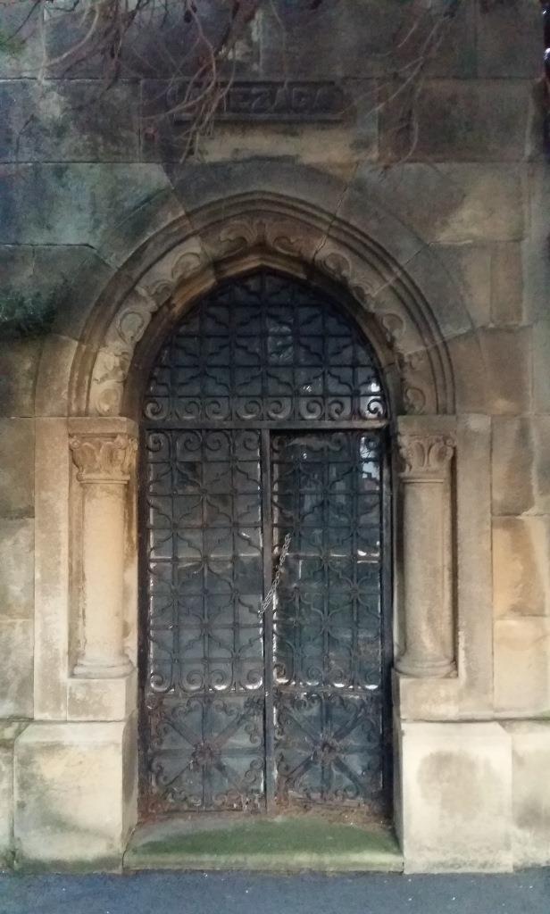 puerta panteón amézaga